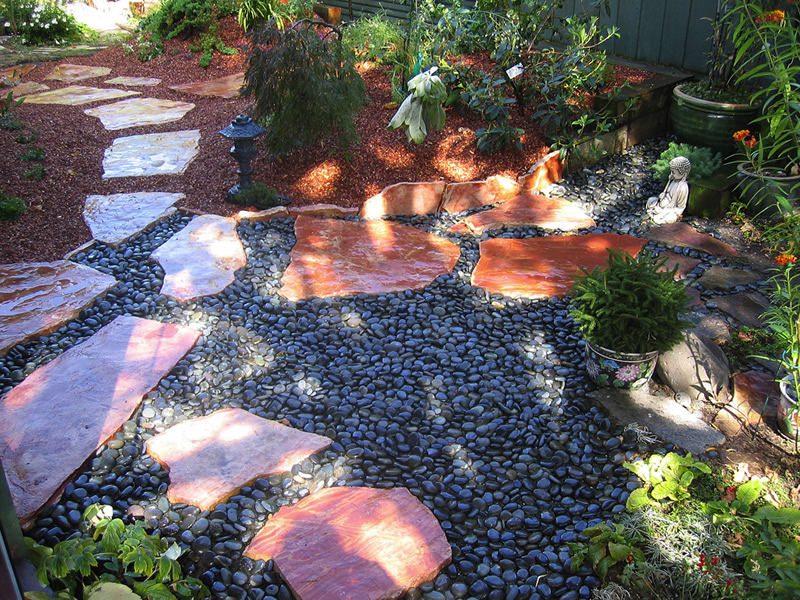 Contrasting pebbled stone bed
